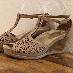Earthies Casella Leather Wedge Sandal in Biscuit